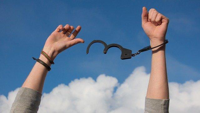 Freedom Sky Hands Handcuffs Clouds  - lechenie-narkomanii / Pixabay